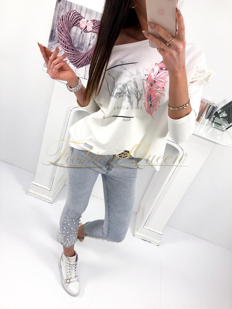 f6da40f8627a Trendy tričko s výraznou potlačou vás zaujme výraznými volánmi na rukávoch.  Je pohodlné